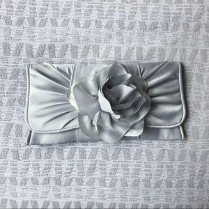 Handbags - ✨NWOT✨Silver Clutch